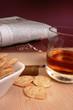 Zeitung, Kräcker und Whisky