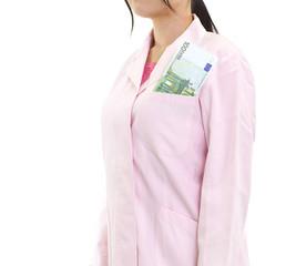 お金を受け取る女医