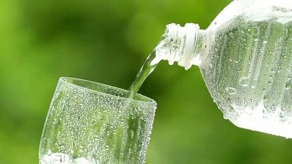 ペットボトルから水