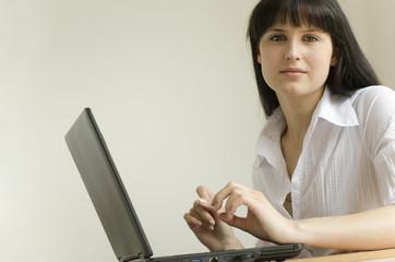 Junge attraktive Frau mit Laptop