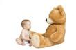 Baby mit großem Teddy