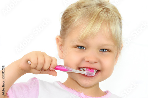 Mädchen beim Zähne putzen