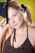Natürliche blonde Frau mit Hut close Up, Haare gebunden