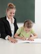 Lehrerin und Schülerin im Klassenzimmer