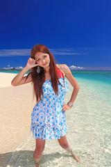 夏の海を満喫する若い女性