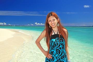水納島の澄んだ海と笑顔の女性