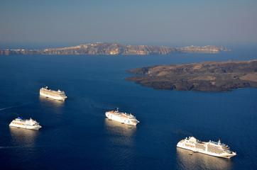 Kreuzfahrtschiffe in Fira - Santorin - Griechenland