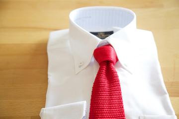 赤いネクタイとワイシャツ