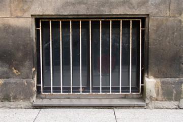 Fenstergitter in Sandsteinwand