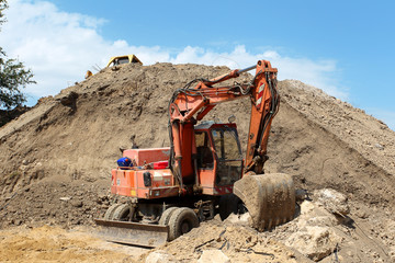 Excavator to dig below the mountain