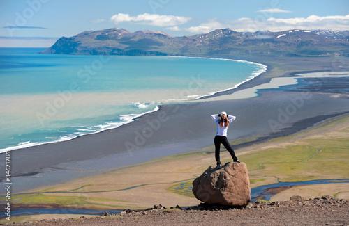 Aluminium Schipbreuk young woman posing on the rock, Iceland