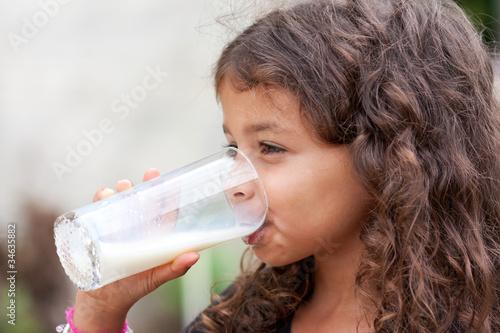 Bouille craquante buvant un verre de lait frais - 34635882