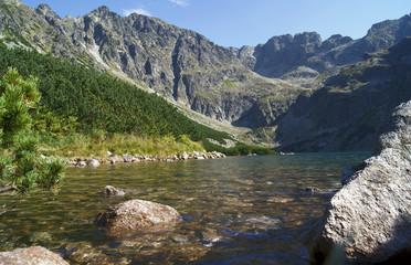 głazy w górskim jeziorze