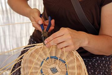 Une femme et la fabrication d un panier