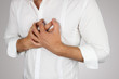 Junger Mann hat Brustschmerzen - 34649004