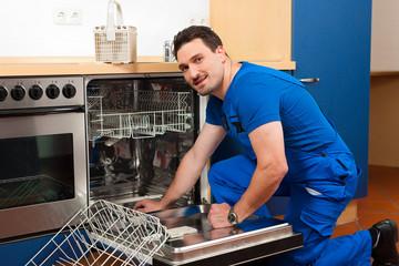 Techniker repariert den Geschirrspüler