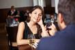 Mann fotografiert Frau in Restaurant