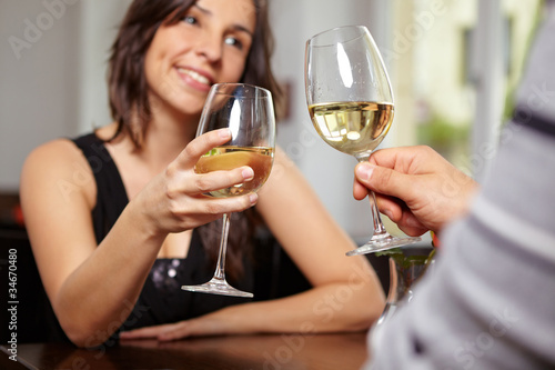 Anstoßen mit Wein im Restaurant