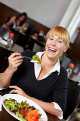 Lachende Frau mit Salat