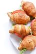 croissant relleno de lechuga y tomate