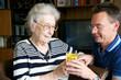 Ältere Dame mit Pfleger