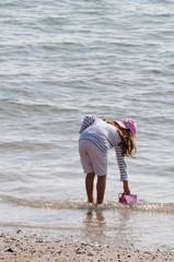 Enfant s'amusant sur la plage