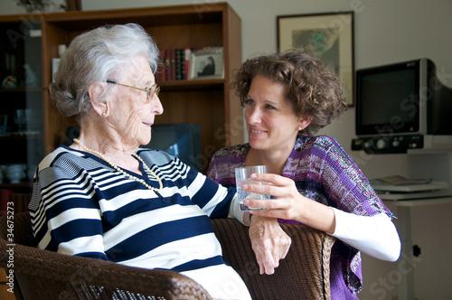Leinwandbild Motiv Ältere Dame mit Enkelin