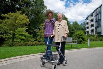 Ältere Dame mit Enkelin