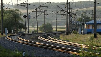 Движение товарного поезда через железнодорожный переезд.