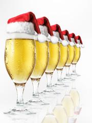Bierglasreihe mit Weihnachtsmützen 2
