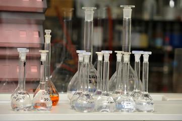 Loborzubehör - Erlenmeyerkolben mit Chemikalien