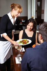 Frau im Restaurant bekommt Salat