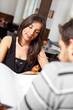 Paar im Restaurant betrachtet die Speisekarte