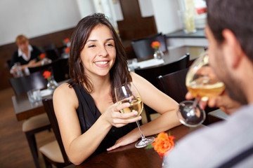 Paar flirtet im Restaurant