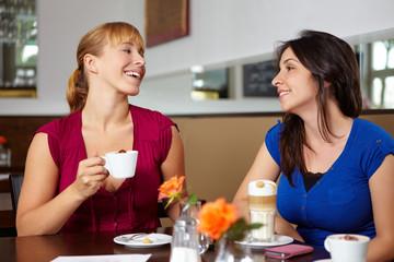 Lachende Frauen im Café