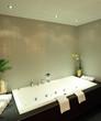 Badewanne mit bereitliegenden Handtüchern und Dekoration