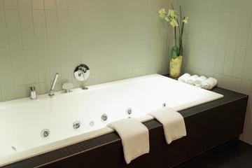 Wellnessbereich mit Badewanne und schöner Dekoration