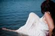 femme allongée dans l'eau d'un lac