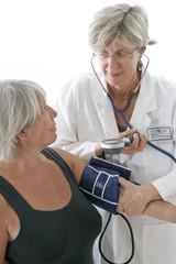 Prise de tension chez une patiente senior