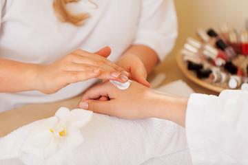 handpflege bei der kosmetikerin