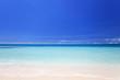 コマカ島の透き通る海と紺碧の空