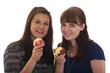Zwei Frauen essen einen Apfel