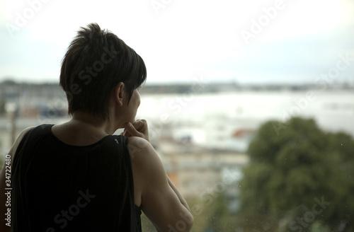 scheidung einsamkeit trauer schmerz tristess frau am fenster