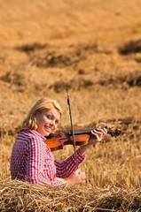 Geigenspielerin im Kornfeld