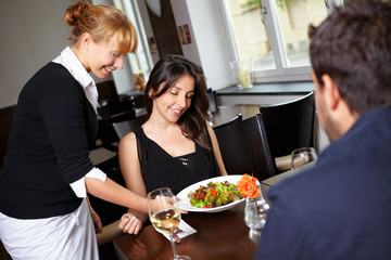 Kellnerin bedient im Restaurant