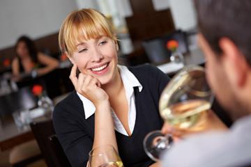 Lachende Frau im Restaurant