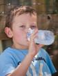 Enfant buvant de l'eau à la bouteille