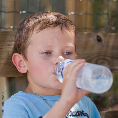 Enfant buvant de l'eau à la bouteille #2