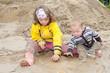 Kinder spielen im Schlamm