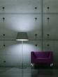 Wohndesign - lila Sessel vor Betonwand